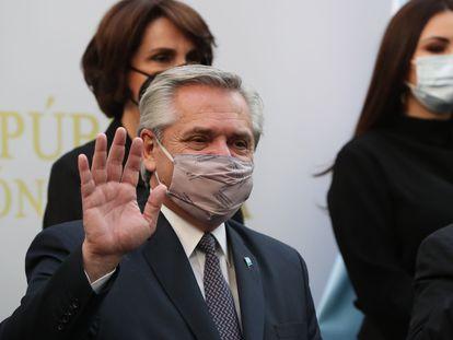 O presidente da Argentina, Alberto Fernández, faz uma saudação durante sua visita ao Senado mexicano, em 22 de fevereiro.