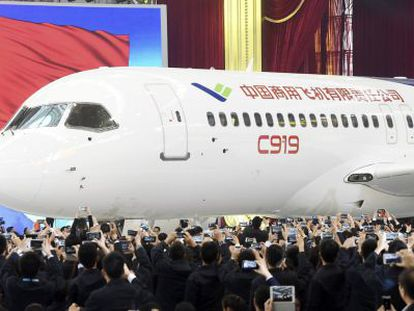 O avião comercial chinês C919, apresentado hoje em Xangai.
