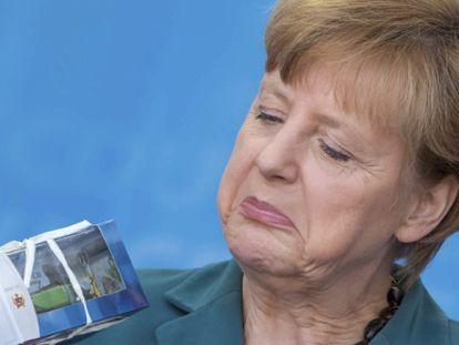 A chanceler alemã, Angela Merkel, mostra um presente que recebeu durante um comício da campanha eleitoral de seu partido em Eisenach.