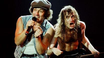 Brian Johnson e Angus Young em um show do AC/DC em Londres, em 1986.