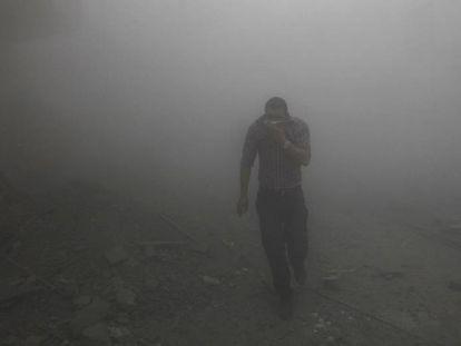 Ataque lançado de um avião de combate do regime sírio em Raqqa, em 2013.
