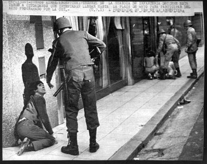 """A repressão durante a ditadura militar argentina (1976-1983) é um dos temas que Juan Gelman aborda no livro """"Hoy""""."""