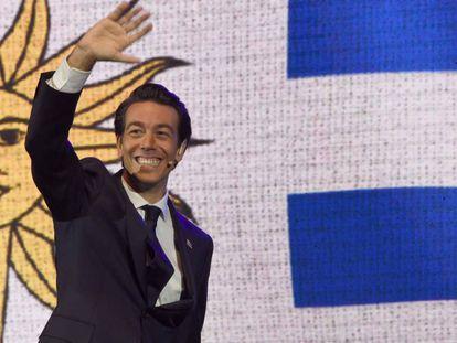 O pré-candidato a presidente do Uruguai, Juan Sartori, cumprimenta durante ato de campanha em março.