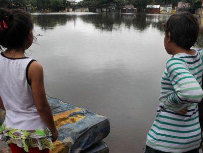 Duas crianças em um bairro de Assunção na última sexta-feira.