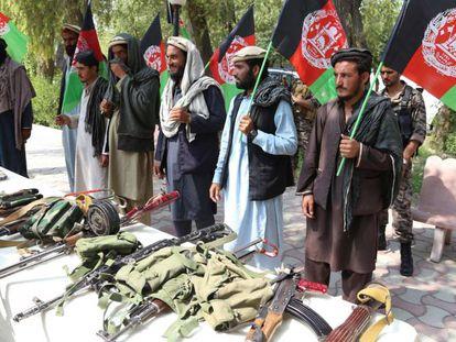Talibãs pertencentes a um comando armado entregam as armas