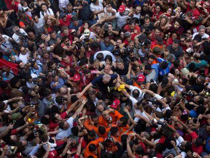Lula entre apoiadores após o discurso que fez em São Bernardo do Campo no dia em que se entregou à PF