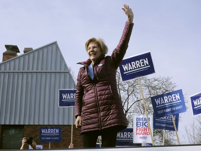 Elizabeth Warren fala a apoiadores após votar na Superterça em Cambridge.