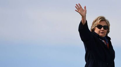 Hillary Clinton embarca em um avião em White Plains (Nova York)