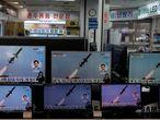 Varios televisores de una tienda en Corea del Sur muestran el lanzamiento de misiles desde Corea del Norte, el pasado 24 de marzo.