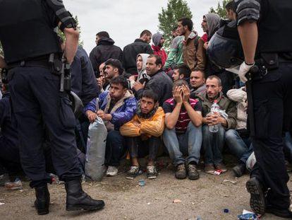 Policia cerca refugiados na Croácia.