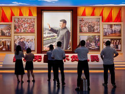 Visitantes observam imagens do presidente chinês, Xi Jinping, no recém-inaugurado Museu de História do Partido Comunista da China, em Pequim.
