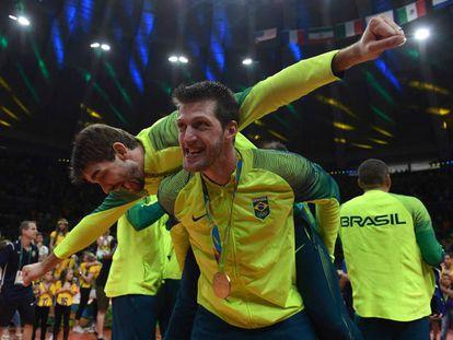 Jogadores de vôlei comemoram o ouro do Brasil que fechou a Rio 2016