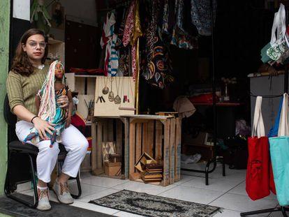 Giulianna Nonato, em uma oficina de costura para mulheres trans em São Paulo.