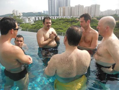 Rui Pires Salvador (terceiro à esquerda) em uma imagem de 2013. O português tinha o costume de se reunir com seus investidores em piscinas.