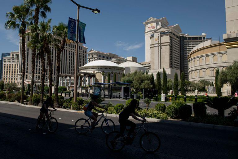 Ciclistas na Strip de Las Vegas, excepcionalmente vazia por causa das ordens de quarentena.