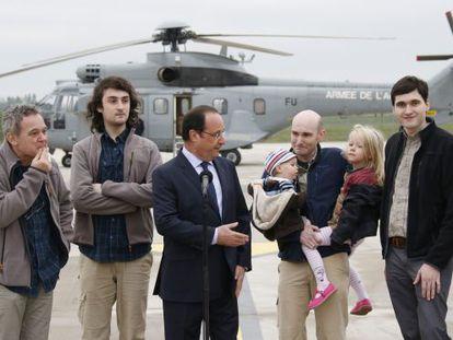 Hollande com os jornalistas libertados e os filhos de um deles.