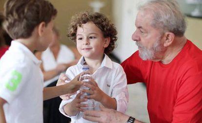 O ex-presidente Lula com o neto Arthur, em uma imagem de arquivo. A criança morreu nesta sexta-feira, 1 de março, vítima de uma meningite.