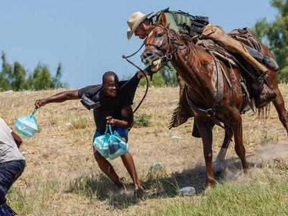 Agente a cavalo da Patrulha Fronteiriça dos Estados Unidos tenta evitar que um imigrante haitiano chegue ao acampamento à beira do rio Grande, perto da ponte que liga o Texas ao México.