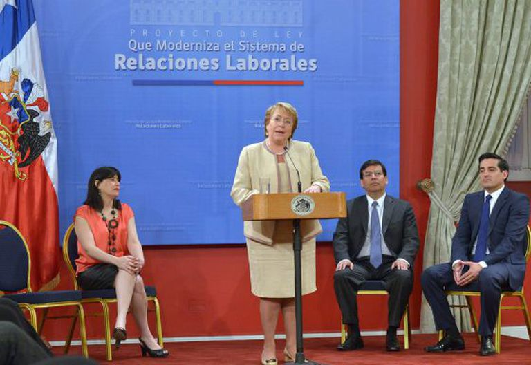 Bachelet assina o projeto da reforma trabalhista chilena.
