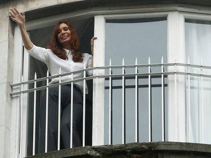 Cristina Kirchner acena da sacada de sua casa em Buenos Aires, depois de prestar depoimento em abril de 2016 sobre uma suposta fraude contra o Estado.