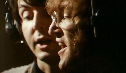 Paul McCartney (izqda.) e John Lennon, em uma fotografia durante a gravação de 'Hey Bulldog' nos estudos Abbey Road de Londres.