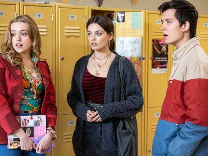 Aimee Lou Wood, Emma Mackey e Alça Butterfield em cena da segunda temporada de 'Sex Education'.