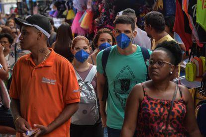 Pessoas com máscaras como medida preventiva contra a disseminação do novo coronavírus, no centro de São Paulo