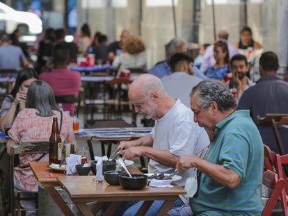Clientes consomem alimentos e bebidas ao ar livre no terraço de um restaurante no Rio de Janeiro na sexta-feira passada.