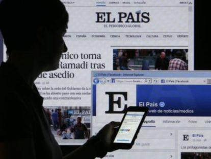 Uma leitora acessa o EL PAÍS através do celular.