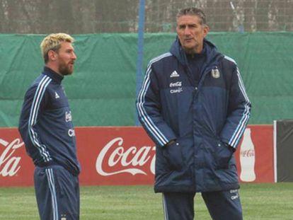 Messi conversa com Bauza em treino da Argentina.