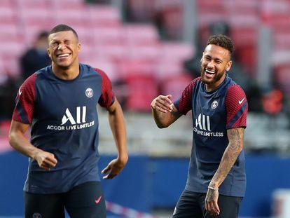 Mbappé e Neymar riem durante o treinamento anterior à final.