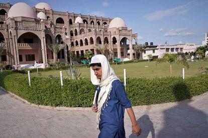 Um estudante diante do edifício principal da madraça Haqqania, perto de Peshawar.