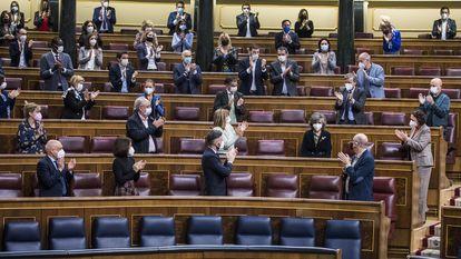A ex-ministra María Luisa Carcedo é aplaudida no plenário do Parlamento espanhol durante a aprovação da lei da eutanásia.