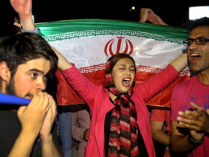 Manifestantes comemoram acordo.
