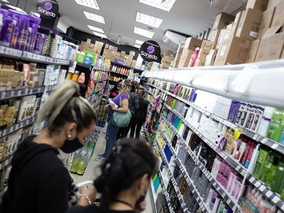 Clientes em uma farmácia de São Paulo no mês de junho.