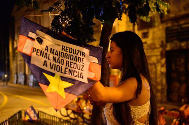 Militante contra a redução da maioridade penal no Rio.