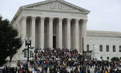 Manifestantes contra a nomeação do juiz Kavanaugh protestam diante da Suprema Corte dos EUA.