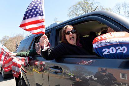 Manifestantes contra o confinamento em Massachusetts (Estados Unidos)