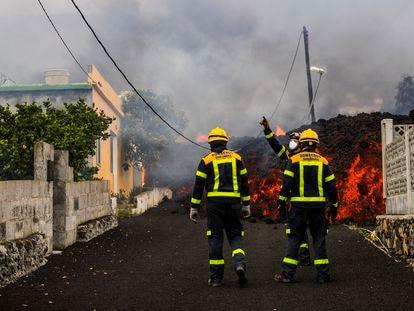 Uma casa queima ao ser alcançada pela lava do vulcão em Los Llanos de Aridane, nesta segunda-feira. Em vídeo, imagens da retirada de moradores na noite de domingo.