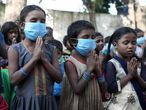 """Un grupo de niños pobres reza al comenzar el día en la escuela de Sangharsh Vidya Kendra en uno de los arrabales de Jammu, India, con motivo de la celebración del Día Universal del Niño, cuando Unicef y Cáritas han advertido del """"riesgo real"""" de que se pierda toda una generación de niños en """"situación de vulnerabilidad"""", """"emocionalmente impactados"""" con la situación creada por la pandemia y expuestos aun a más factores de exclusión social."""