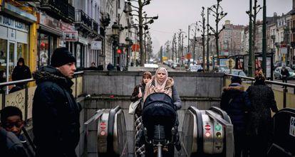 Saída de metrô no bairro de Molenbeek, em Bruxelas.