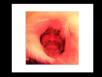 """O explorador britânico Henry Worsley, antigo coronel de 55 anos, morreu ontem enquanto tentava cruzar a Antártida sem ajuda. A conta oficial de Twitter da expedição informou a notícia com esta imagem e a mensagem: """"Com grande tristeza, confirmamos que Henry Worsley morreu no dia 24 janeiro de 2016 em Punta Arenas"""". Era casado e tinha dois filhos."""