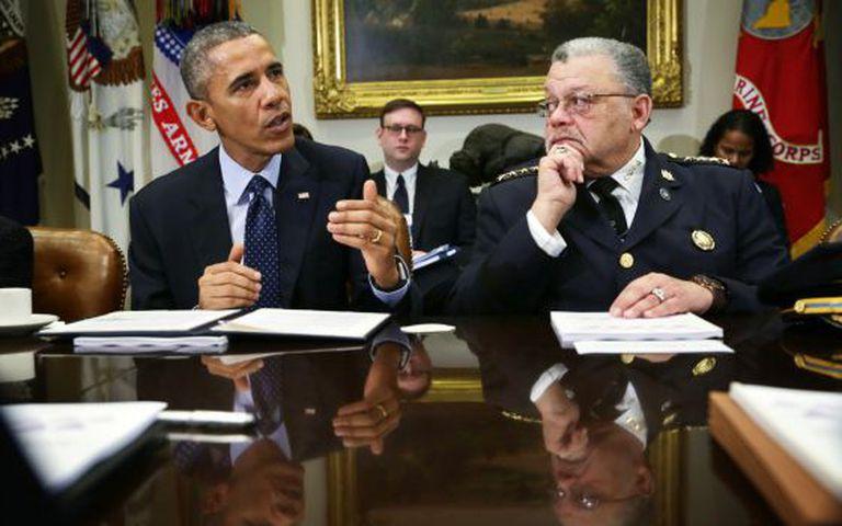 Obama, ao lado do responsável da comissão.