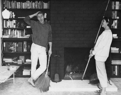 Steve McQueen com sua primeira mulher, a atriz Neile Adams, em sua casa em 1958.
