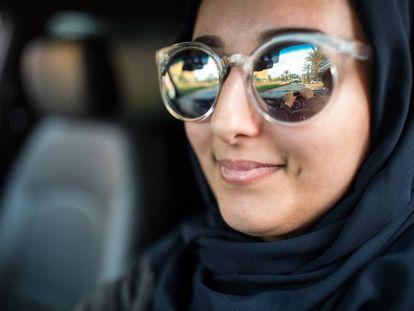 Uma mulher saudita ao volante.