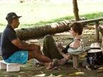 A jornalista Eliane Brum realizando uma entrevista na Terra do Meio, na Amazônia.