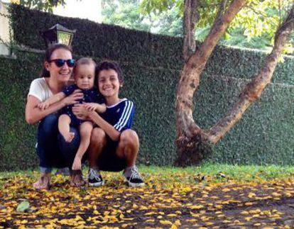 A curitibana Andrea Bravaresco e os dois filhos.