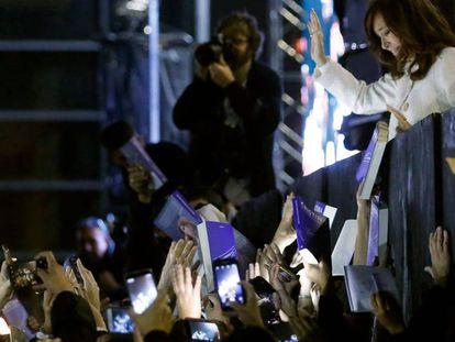 Cristina Kirchner saúda a multidão, que lotou o parque de exposições La Rural, durante a apresentação de seu livro de memórias na Feira do Livro de Buenos Aires.