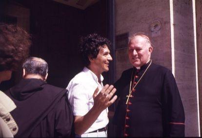Juan Arias (de camisa branca, à esq.) em Roma, na sede da Congregação para a Doutrina da Fé, no Vaticano, conversa com o cardeal brasileiro Lorscheider sobre a entrevista que fez naquele dia com Leonardo Boff sobre teologia da libertação, em 1984.