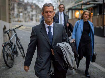 O magnata do diamante, Beny Steinmetz, chega para o julgamento no qual é réu em Genebra.
